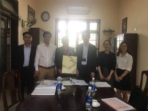 Giám đốc Hiroyoshi Kazuno tặng quà lưu niệm cho Khoa CKCN